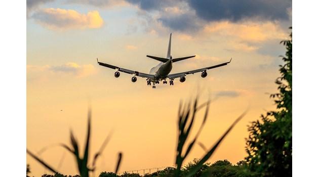 """Боинг """"737-800"""" със 157 пътници на борда кацна аварийно в Русия"""