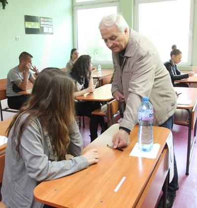 Квесторите следят работата на учениците, добре е абитуриентите внимателно да изслушат инструктажа им. СНИМКА: Николай Литов