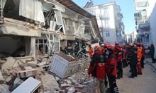 22-ма са загиналите от земетръса в Турция, търсят затрупани в развалините (Снимки)