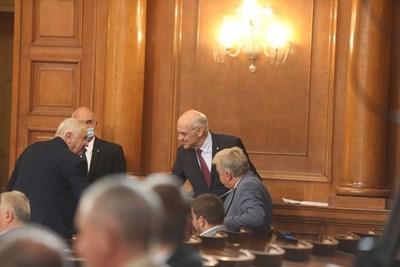 Председателят на КЕВР Иван Иванов влиза в пленарната зала, за да отговаря на въпросите на депутатите за цените на водата.