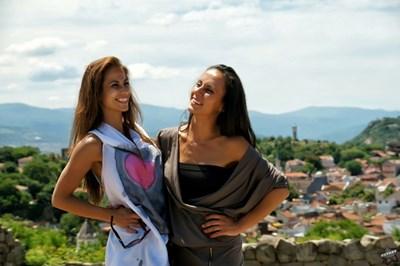 Гергана и Светлана се снимат във фотосесия за официалната им страница във фейсбук, посветена на школата им.  СНИМКИ: ЛИЧЕН АРХИВ