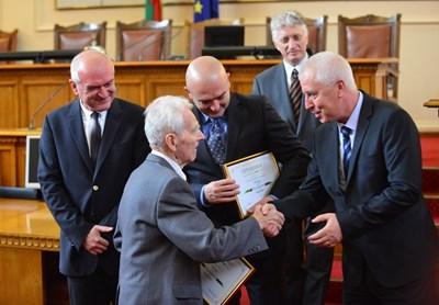 Д-р Йордан Тенев получи своята награда от председателя на парламента Димитър Главчев и здравният министър Николай Петров СНИМКА: Йордан Симeонов