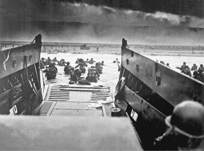 "Войниците газят към сушата на плаж ""Омаха"". National Archives, Still Pictures Division, Washington, D.C."