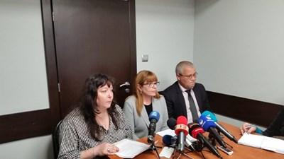 И.д. районен прокурор на Варна Владислава Панайотова (вляво), наблюдаващият прокурор Невена Илиева и директорът на варненската полиция Даниел Пашов.