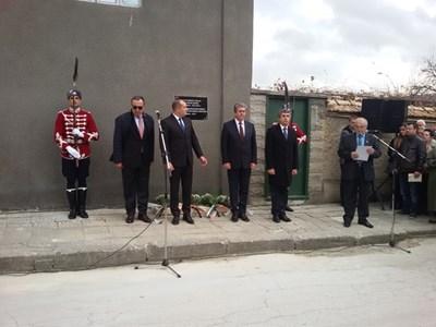 Радвам се, че поставяме началото на една великолепна традиция - и действащият президент, и всички президенти на България досега да се съберем заедно, за да отдадем почит на първия демократично избран президент на страната ни д-р Желю Желев, твърди Петър Стоянов. Снимка ЗОЯ ПЕЕВА
