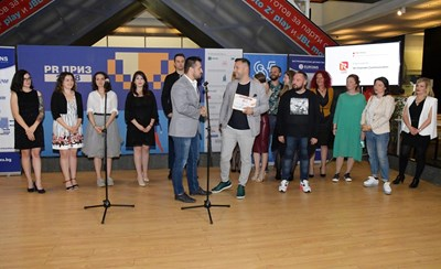 Управителят на All Channels Communication Александър Дурчев (вляво на преден план) заедно с екипа си при получаването на наградите