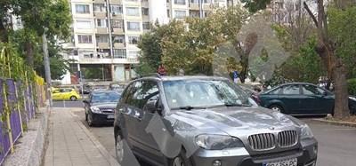 Автомобилът с пловдивска регистрация, в който са задържани трима души с 500 000 лв.Снимки:Елена Фотева СНИМКА: 24 часа