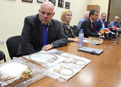 Зам. главният прокурор Иван Гешев оглежда съкровището, което е иззето като веществено доказателство по делото срещу бандата. СНИМКА: Румяна Тонeва