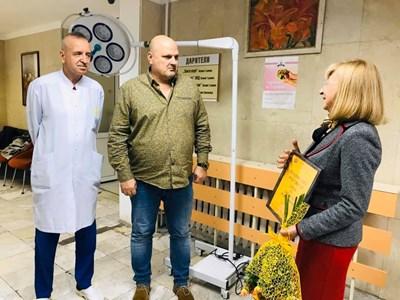 Шефът на великотърновската болница д-р Стефан Филев и доц.Светлозар Стойков приеха дарението