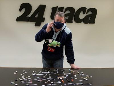 """Шефът на спортния отдел на """"24 часа"""" Едуард Папазян позира с част от колекцията си от сувенирни лъжички.  СНИМКА: РУМЯНА ТОНЕВА"""