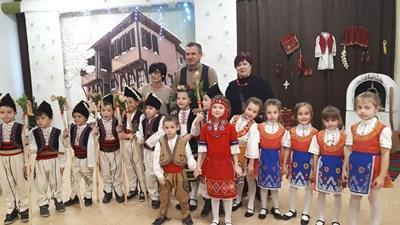 """Иван Стоянов и шефката на образованието в """"Източен"""" се снимаха с малките артисти от """"Чайка""""."""