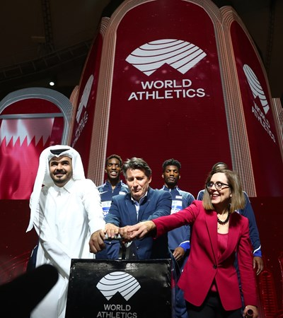 Шефът на олимпийския комитет на Катар шейх Жоан бин Хамад Ал Тани предава церемониално на губернатора на Орегон Кейт Браун щафетата на световните първенства пред погледа на Себастиан Коу. Следващото е след 2 години в Портланд.