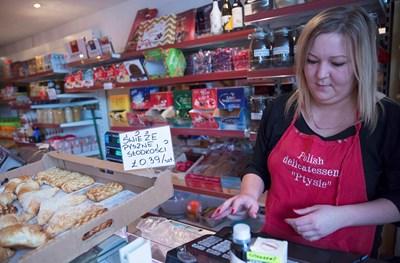 Жена работи в магазин за полски деликатеси. Хиляди европейци като нея трябва час по-скоро да оправят статута си за оставане във Великобритания.   СНИМКА: РОЙТЕРС