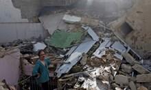 Извадиха живи бебе, президент на банка и още двама от жестоката авиокатастрофа в Пакистан (Видео)