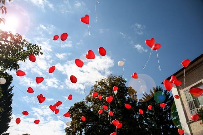 """Всяка година Световният ден за борба с хемофилията се отбелязва със символичен флашмоб чрез пускане на червени балони в небето, а вечер се осветяват две знакови сгради в страната - НДК в София и Параклис-мавзолей """"Свети Георги Победоносец"""" в Плевен. СНИМКА: PIXABAY"""