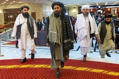 Талибанският лидер молла Абдул Гани Барадар (в средата)  СНИМКА: РОЙТЕРС