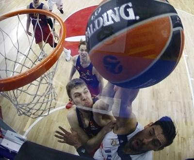 """Везенков (вляво) опитва да блокира Густаво Айон от """"Реал"""" (М) в последния мач от редовния сезон на Евролигата."""