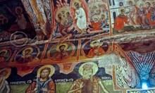 Исус Христос изобразен в капсула и в ракета на стенописи в Добърската черква