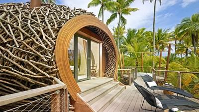 Брандо е разположен на чудно красивия атол Тетиароа в Тихия океан, който се намира на 60 км северно от Таити. Курортът някога е бил собственост на американския актьор Марлон Брандо.