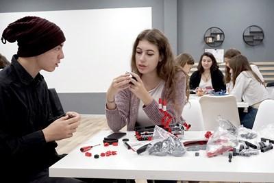 """Ученици от 11 и 12 клас на езиковата гимназия """"Ромен Ролан"""" в Стара Загора редят специални конструктори, които развиват екипност и математически умения."""