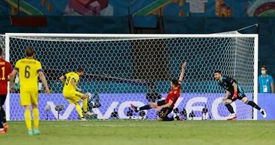 Маркус Берг не успява да нацели топката и да я прати в опразнената врата на Испания.
