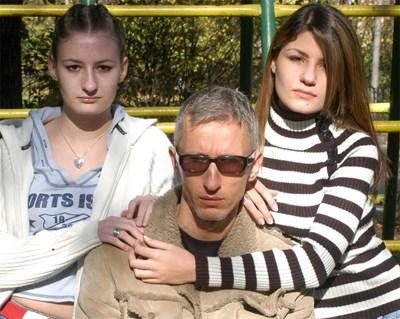 """Деметра (вляво) заедно с баща си Димитър и сестра си Ива през ноември 2004 година, когато той напусна къщата на """"Биг Брадър 1"""".  СНИМКА: """"24 ЧАСА"""""""
