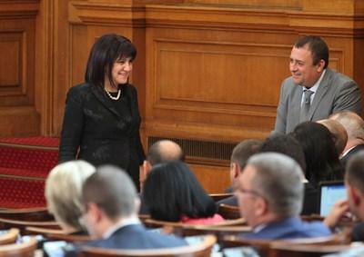 Парламентарната шефка Цвета Караянчева в разговор с депутатите от БСП. СНИМКА: Йордан Симeонов