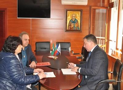 Кметът Николай Димитров обсъжда с директорите на училищата преминаването към едносменен режим на обучение. Снимка: Авторът