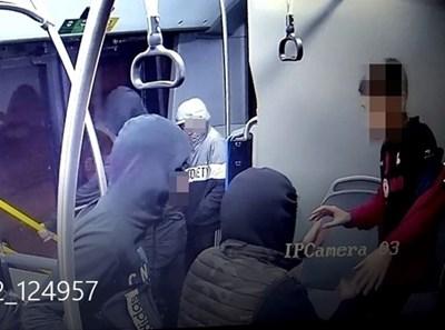 Кадри от инцидента в столичния автобус 404 СНИМКА: СДВР