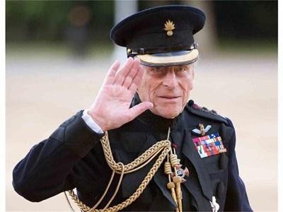 Принц Филип поздравява конната гвардия в Лондон в навечерието на рождения си ден.