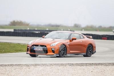 Новият GT-R e все такъв звяр на пистата, но има настройки, които му позволяват да бъде доста по-обран в града. СНИМКА: 24 часа