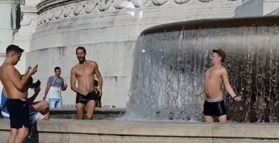 Къпещите се младежи във фонтана на Виториано СНИМКА: фейсбук