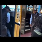 Шофьор изхвърля мнимо дете от училищен автобус