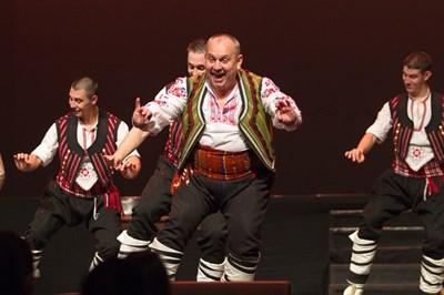 """Христо Димитров (в средата) във вихъра на ръченицата по време на спектакъла """"Осмото чудо"""" СНИМКА: МИНКО ПЕЕВ"""