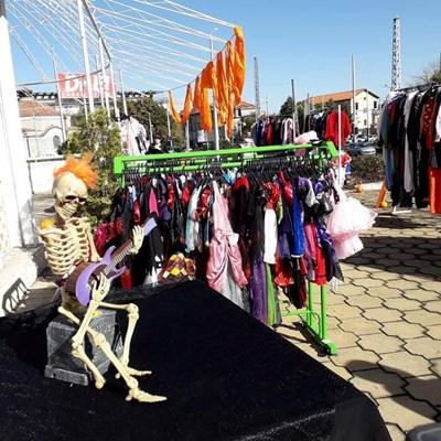 Скелет привлича пловдивчани да си купят дрехи втора употреба.