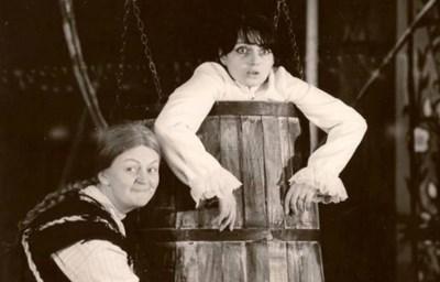 """Татяна Лолова и Невена Коканова стават неразделни приятелки, след като играят главните женски роли в пиесата """"Балът на манекените""""."""