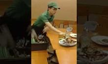Сервитьор почиства масите удивително бързо
