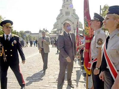 Вътрешния министър Цветан Цветанов и главният секретар на МВР Калин Георгиев поздравяват полицаите по случай празника. СНИМКИ: ИВАЙЛО ДОНЧЕВ