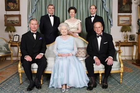 За 60-ата година от брака си с принц Филип кралица Елизабет II направи семеен портрет с четирите си деца.