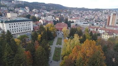 Обработват за пръв път този сезон парковете в Търново