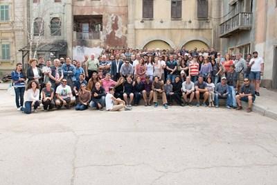 """Целият снимачен екип на """"Септември в Шираз"""" заедно с актьорите Ейдриън Броуди и Салма Хайек се снимат за спомен в киноцентъра на """"Ню Бояна"""","""