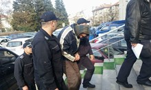 Учителят по физическо от Бургас, убил майка си, безмълвен в съда