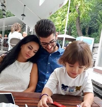 Александър Кадиев в прегръдката на любимата си Таня, а пред тях е дъщеря им Катерина.  СНИМКИ: ФЕЙСБУК ПРОФИЛ НА КАТЕРИНА ЕВРО