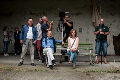 Режисьорът Илия Костов (вляво) и главният оператор Мартин Димитров правят разстановка в сливенско село, докато двама от главните герои - Катерина Евро и Любен Чаталов, чакат сцена.
