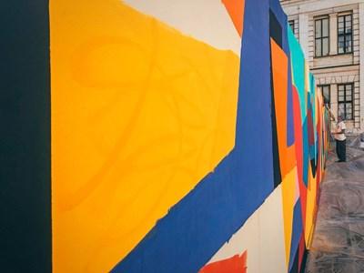 Николай Петров рисува на стената