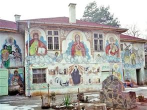 """Kрасиви стенописи има и по външните стени на Курилския манастир. Смята се, че храмът е изографисан от свети Пимен Зографски.  СНИМКИ: """"24 ЧАСА"""" И СТОЛИЧНА ОБЩИНА"""