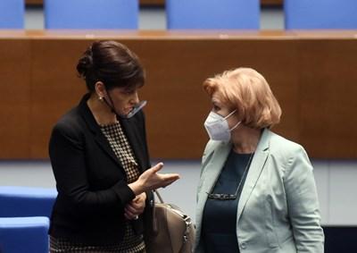 Председателката на бюджетната комисия на НС Менда Стоянова (вдясно) разговаря с шефката на депутатите от ГЕРБ Даниела Дариткова.