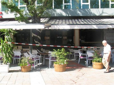 Кафенето в центъра на Плевен, където в събота вечерта се е стреляло, вчера бе затворено. Куката (на снимката вляво) и двама негови приятели са в ареста след инцидента. СНИМКИ: АВТОРЪТ