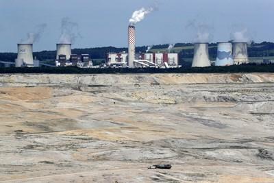 """ТЕЦ """"Туров"""" е захранвана с въглища от откритата мина пред нея.  СНИМКИ: РОЙТЕРС"""