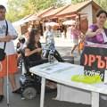 Стотици пуснаха бюлетина в протестната кампания на хората с увреждания, чиито пункт в Бургас бе в Морската градина.  СНИМКА: ЛИНА ГЛАВИНОВА
